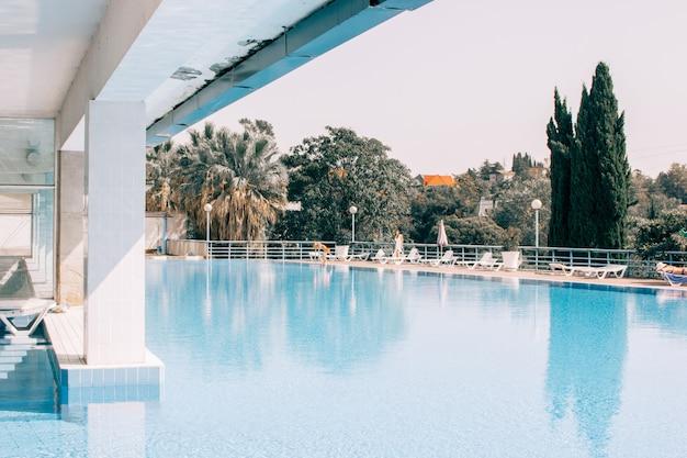 Une piscine au sommet d'un bâtiment de centre de spa