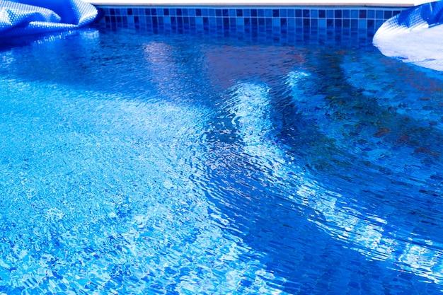 Piscine bordée de vinylephoto extérieure d'une piscine résidentielle à motifs de mosaïque