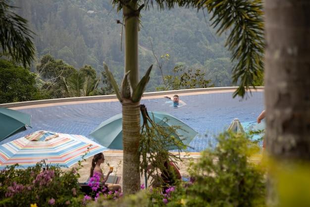 Piscine à débordement dans les montagnes sous les tropiques.