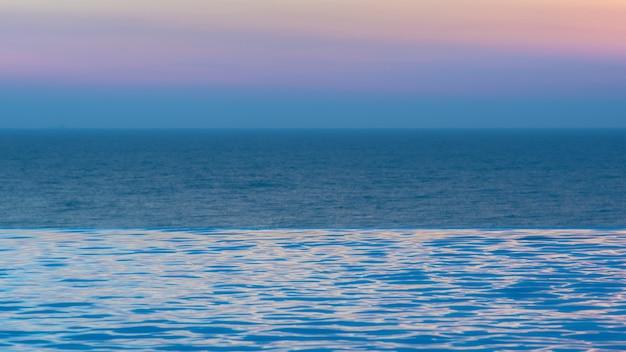Piscine à débordement avec fond d'océan