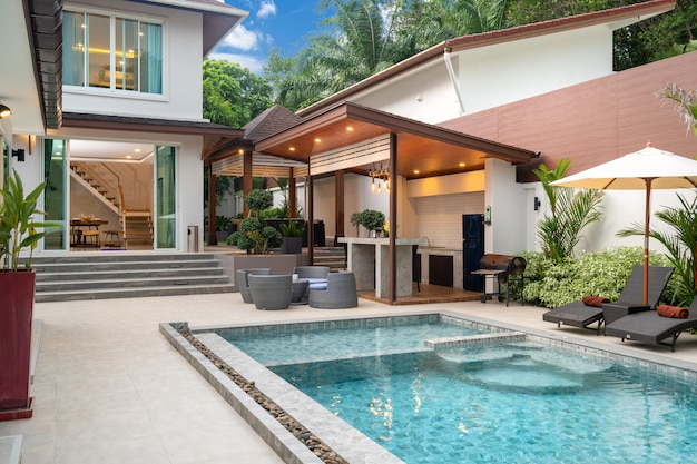 Piscine extérieure avec comptoir bar sur la terrasse de la piscine