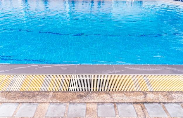 Piscine. l'image sous-marine de la piscine du resort.
