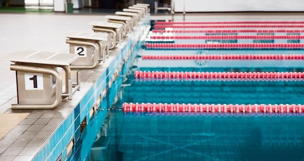 Piscine intérieure et couloir sur la surface de l'eau pour le sport en plein air