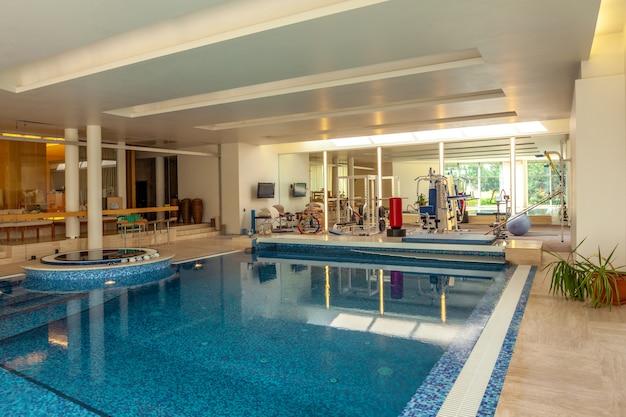 Piscine intérieure et salle de sport pour le sport et la détente dans un manoir confortable