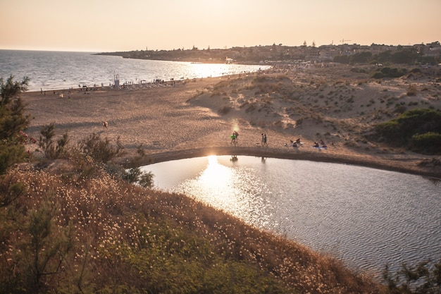 Piscine naturelle sur la plage sicilienne modica