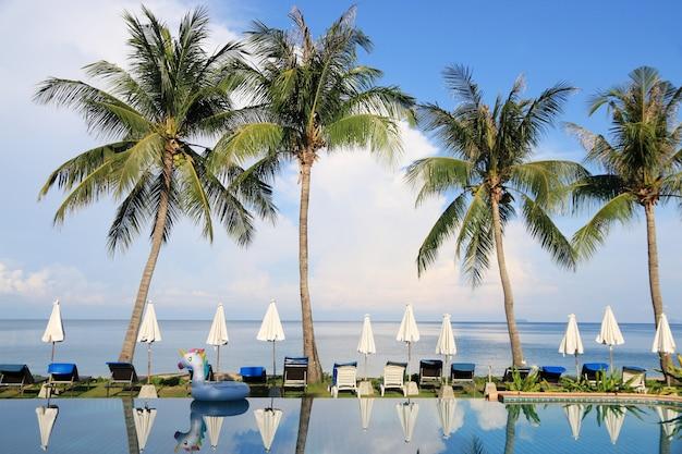 Piscine sur la plage avec coconut belle soirée dans les pays tropicaux été