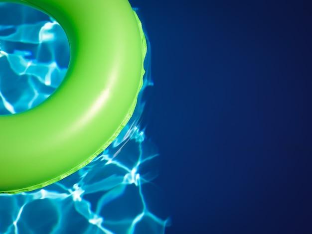 Piscine de plage d'été dans une eau de couleur turquoise