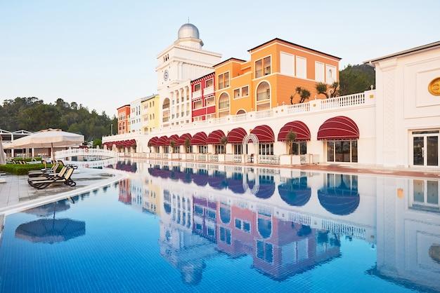 Piscine et plage de l'hôtel de luxe.