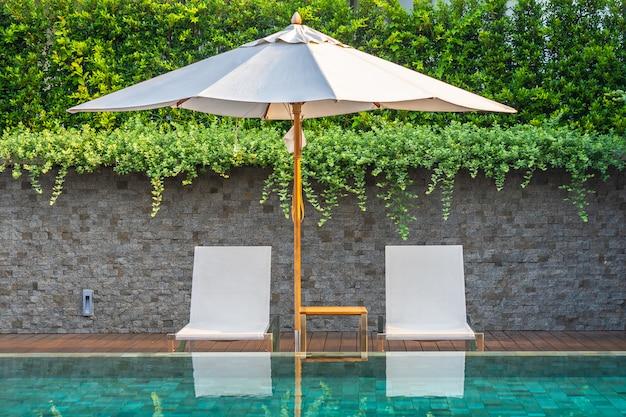 Piscine en plein air avec chaises longues et parasols pour les voyages d'agrément