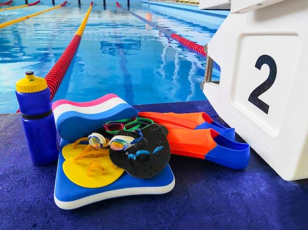 Piscine sportive vide pour les sports de natation