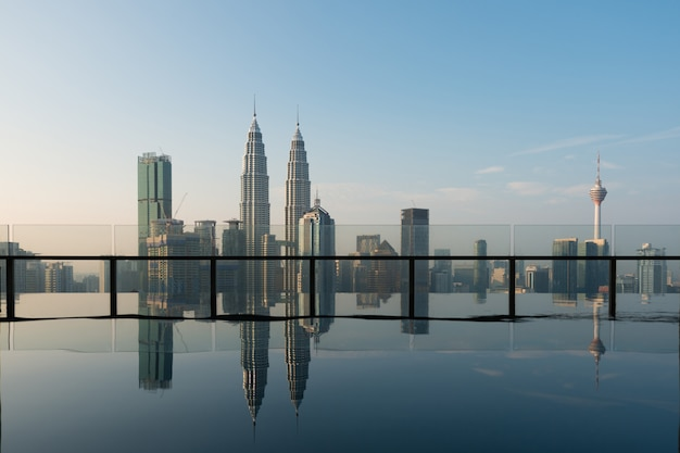 Piscine sur le toit avec vue magnifique sur la ville de kuala lumpur, malaisie.