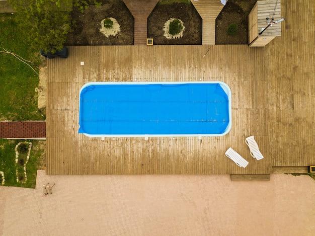 Piscine vue de dessus recouverte d'un film d'entretien des piscines extérieures