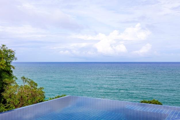 Piscine avec vue sur les montagnes de la mer d'andaman et fond de ciel bleu
