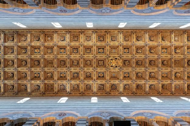 Pise, italie - 29 juin 2018 : vue panoramique de l'intérieur de la cathédrale de pise (cattedrale metropolitana primaziale di santa maria assunta) est une cathédrale catholique romaine médiévale