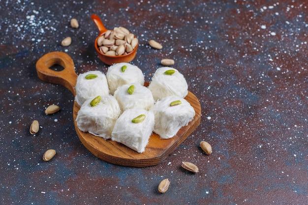Pishmanie de halva de soie turque, dessert de barbe à papa.
