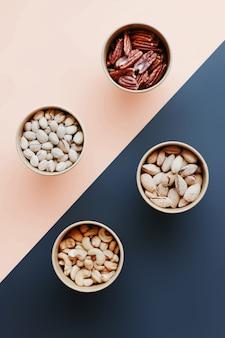 Pistaches, cacahuètes, noix de pécan, noix de cajou dans des boîtes