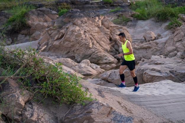 La piste des athlètes qui court à rock mountain