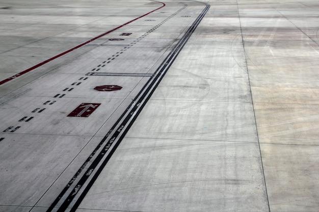 Piste d'atterrissage route avions lignes de signalisation