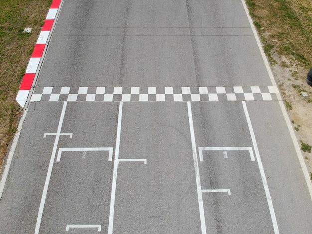 Piste de course avec ligne de départ ou d'arrivée, fond de vue aérienne