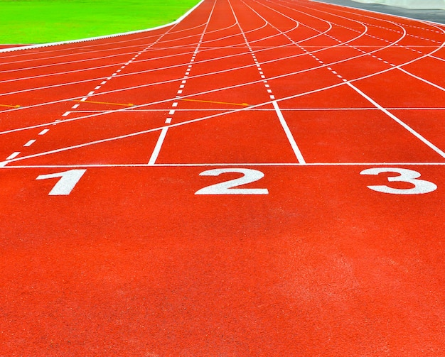 Piste de course rouge dans le stade pour le fond des athlètes