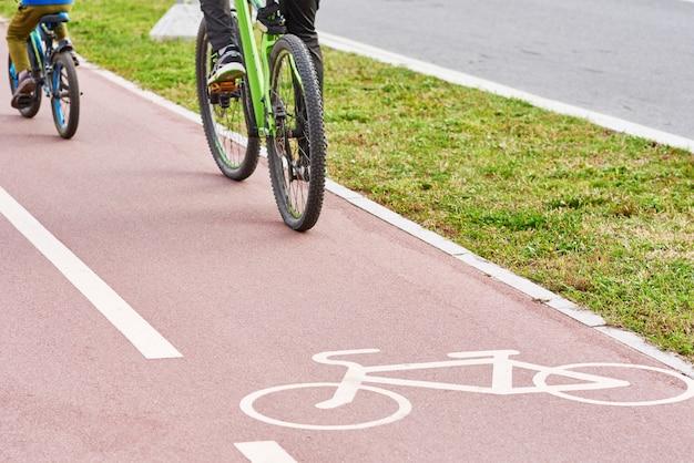 Piste cyclable et cycliste à vélo dans la ville