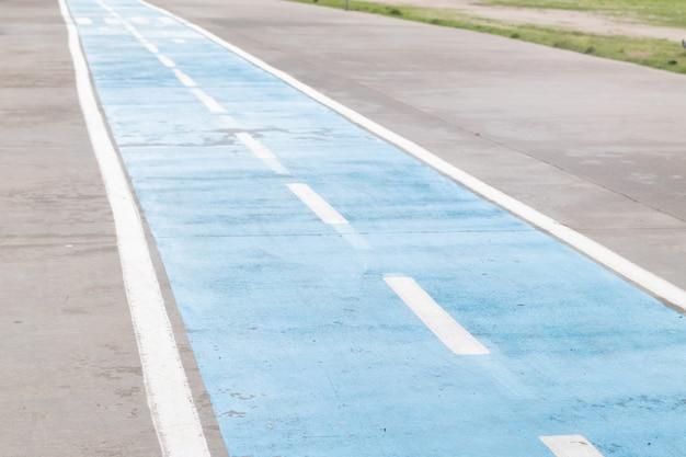 Piste cyclable dédiée sur le trottoir. piste cyclable bleue.