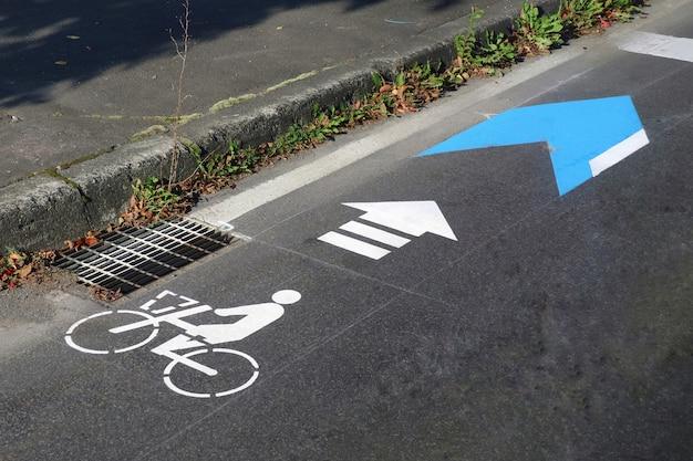 Piste cyclable avec flèche peinte sur route