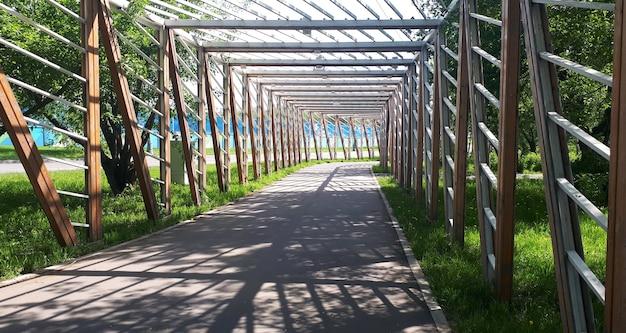 Piste cyclable lanebike avec une clôture en bois en été
