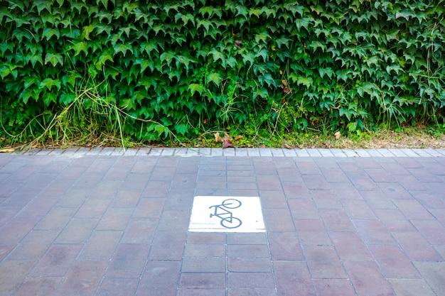 Piste cyclable séparée du trafic avec signal.