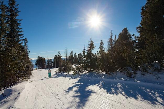 Piste de ski dans les montagnes des hautes tatras. journée ensoleillée glaciale