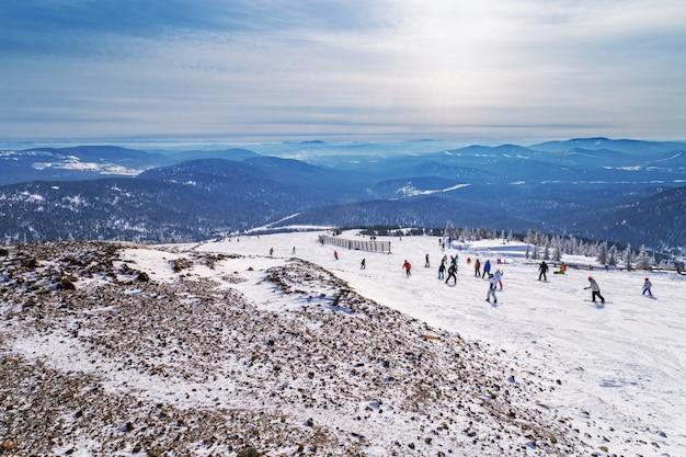 Piste de ski à flanc de montagne dans la station de ski