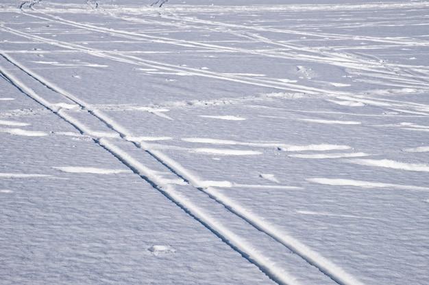 Piste de ski sur une surface de neige plate. ski de saison d'hiver. fond de sport d'hiver.