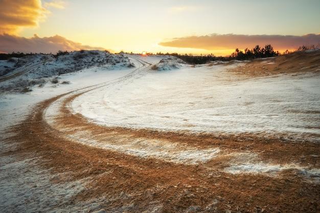 Piste de sport automobile vtt en hiver. roue pistes sablonneuses sur neige