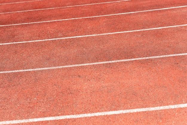 Piste de stade pour les compétitions de course et d'athlétisme. nouveau tapis roulant en caoutchouc synthétique