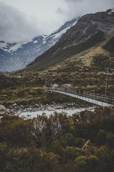 Piste de la vallée avec vue sur le mont cook en nouvelle-zélande
