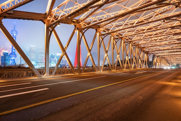 La piste de la voiture sur le pont de fer, baiduqiao, shanghai, chine