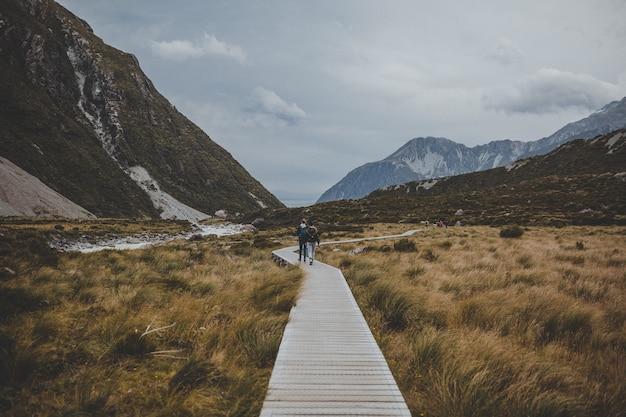 Piste avec vue sur le mont cook en nouvelle-zélande