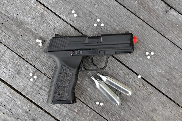 Pistolet airsoft ou softair avec cartouches de gaz carbonique et projectiles non métalliques
