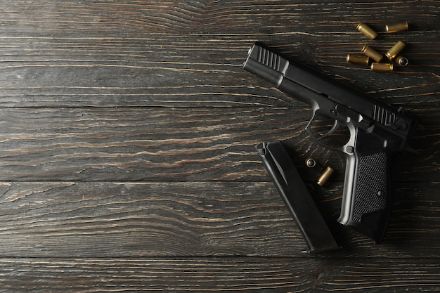 Pistolet, balles et magazine sur bois