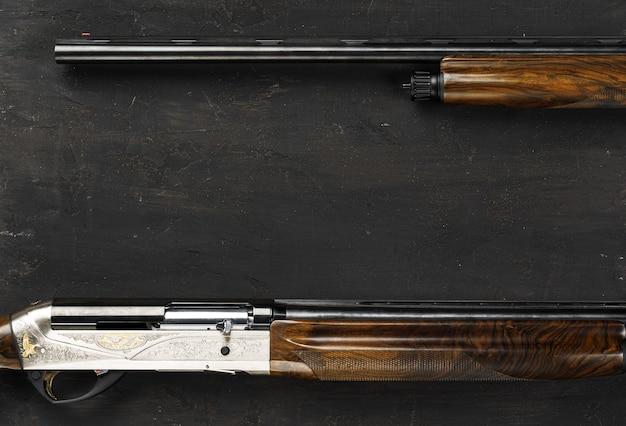 Pistolet de chasse à canon lisse sur fond noir se bouchent