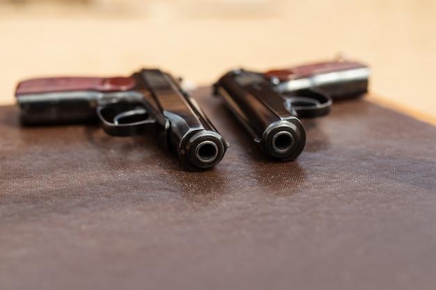Le pistolet est sur la table