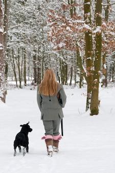 Pistolet femelle avec labrador en pleine neige