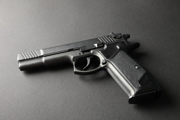 Pistolet sur fond noir. arme d'autodéfense