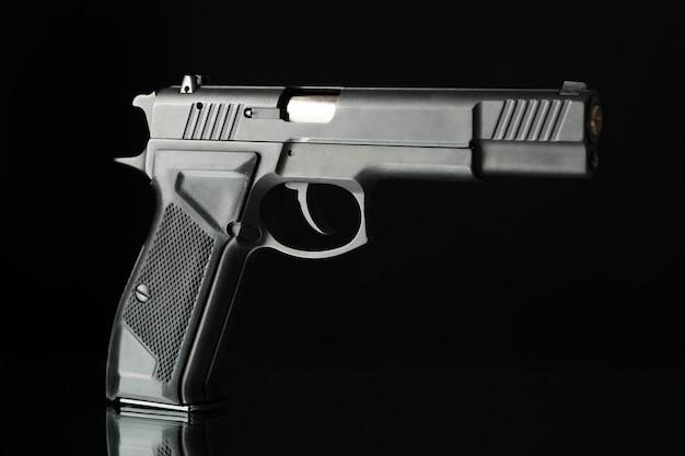 Pistolet isolé sur fond noir. arme d'autodéfense