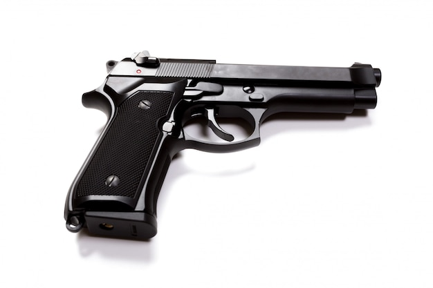 Pistolet à main isolé sur une surface blanche