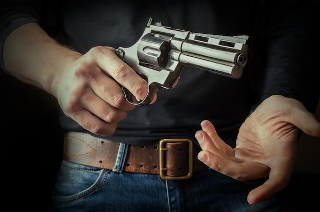 Le pistolet en mains.