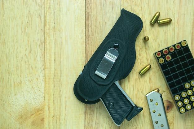 Pistolet et munitions sur table