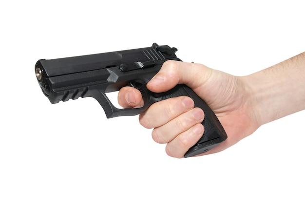 Pistolet noir dans une main isolé sur blanc