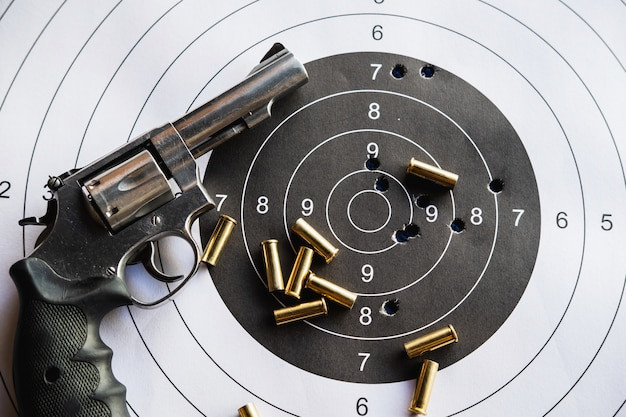 Pistolet revolver à balles et cible