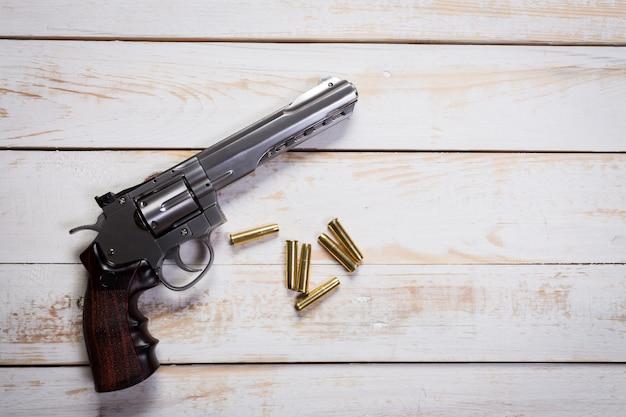 Pistolet avec des ronds sur le bureau en bois